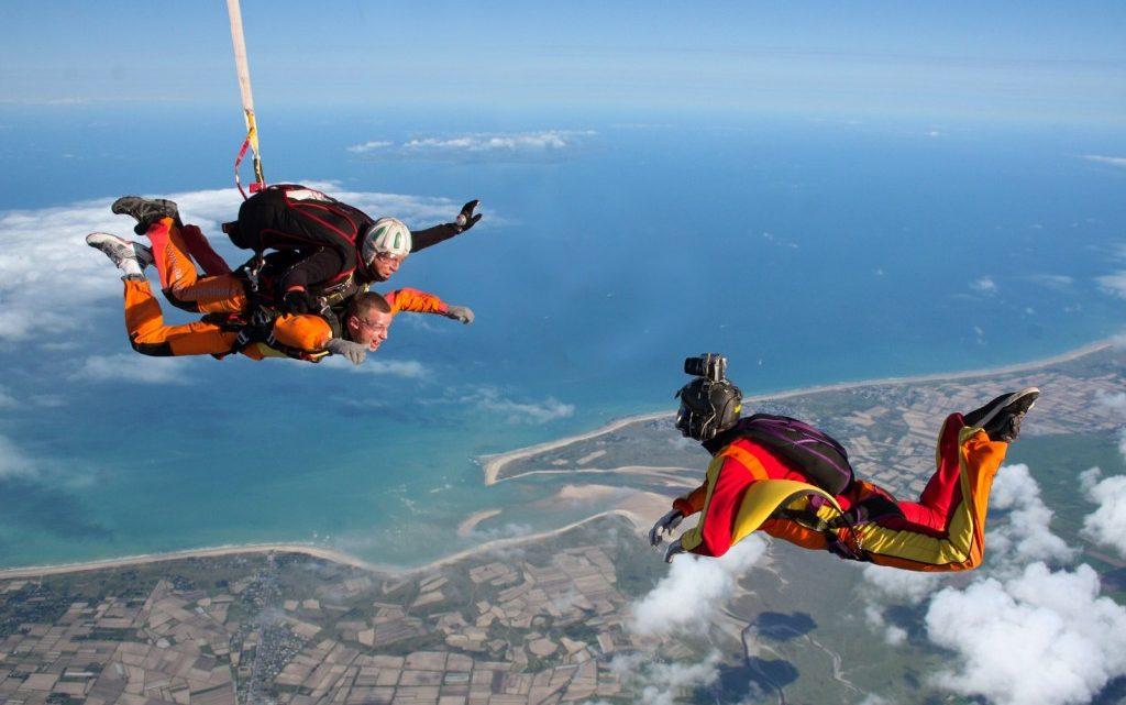 Saut en parachute : un sport aérien fun et intense