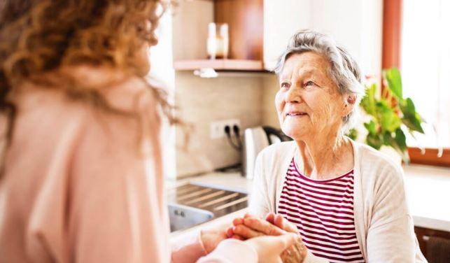 Personne âgée : une femme de ménage pour l'aider dans son quotidien